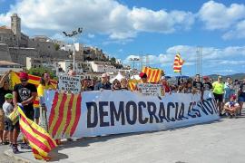 Medio centenar de ibicencos se concentran en Vila para apoyar el referéndum en Cataluña