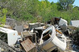 Muebles,madera y porcelana rota es abandonada enmedio del campo.