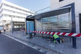 Instalación de tres marquesinas de autobús frente al Cetis