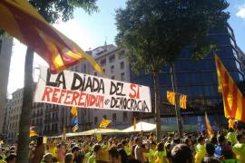 La manifestación culmina formando el símbolo de suma al grito de 'Votaremos'