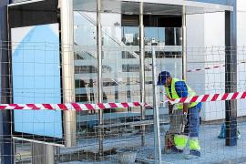 Críticas por la instalación de tres marquesinas de autobús frente al Cetis