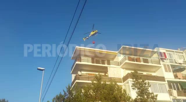 Los bomberos trabajan en la extinción de un incendio forestal en sa Serra