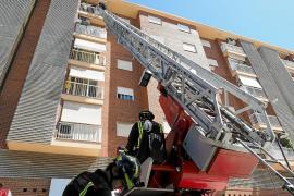 Los bomberos rescatan a una mujer de 90 años atrapada en una casa de Vila