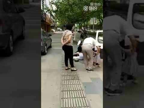 Un policía reduce de forma desmesurada a una madre con su bebé en brazos por una multa de tráfico