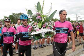 Los compañeros ciclistas de Biel Llull colocaron una corona de flores en la tumba del policía local atropellado hace un año.