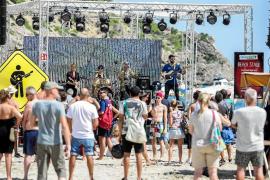 Cala Llonga baila para enseñar música a niños de otros países