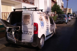 Sobresalto en Puig d'en Valls por el incendio de una furgoneta junto a un edificio