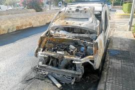Alarma por el incendio de una furgoneta en Puig d'en Valls