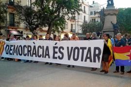 Concentraciones en las Pitiusas contra las actuaciones policiales en Cataluña