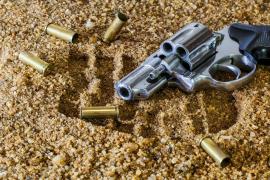 Una niña de 4 años se dispara accidentalmente al buscar un caramelo en el bolso de su abuela