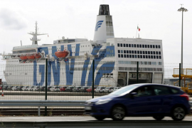 Estibadores de Barcelona y Tarragona deciden no dar asistencia a los buques que acogen policías