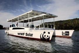 El barco solar de WWF atraca en el puerto de Ibiza