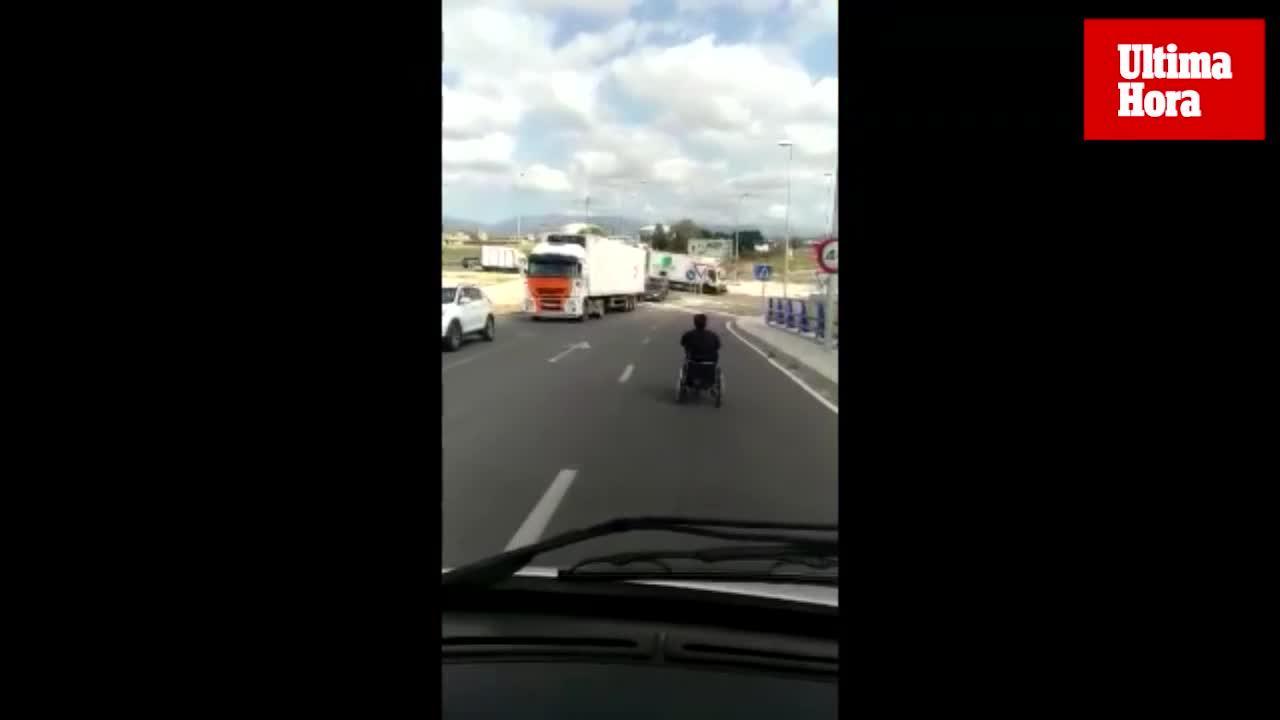Temeraria conducción de un minusválido con su silla de ruedas por Palma
