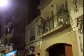 Un guardia civil responde con un fandango a un escrache independentista en Calella