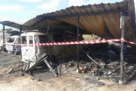 Un incendio quema un cobertizo, dos coches y una lancha en Formentera