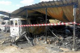 Un incendio quema un cobertizo, dos vehículos y una lancha en Formentera