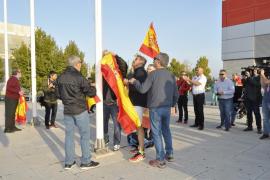 Abuchean a los asistentes a la Asamblea de Podemos a su salida del pabellón en Zaragoza