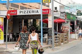 Un verano «atípico» deja vacíos los comercios de Cala de Bou
