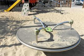 El parque infantil de la Avenida de Sant Jordi «está completamente abandonado»