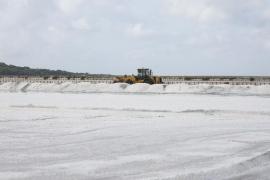 Salinera Española inicia la extracción de la sal en los estanques de ses Salines (Fotos: Arguiñe Escandón).