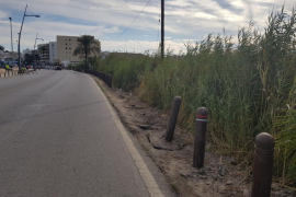 Una conductora bebida acaba en una acera de Vila tras tumbar diez pivotes