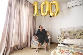 Catalina Marí celebra su centenario rodeada de sus seres queridos .