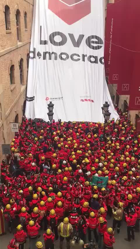 """Unos 200 bomberos despliegan una acción """"por la democracia"""""""