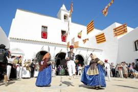 Sant Miquel celebró su gran día con baile asturiano y un sol abrasador