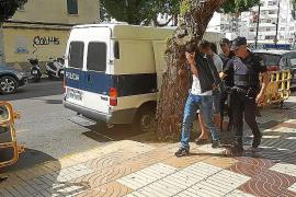 Los argelinos llegados en una patera serán trasladados hoy al CIE de Barcelona