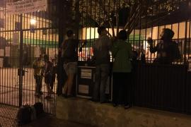 Se mantiene la presencia de personas en colegios electorales la madrugada previa al referéndum