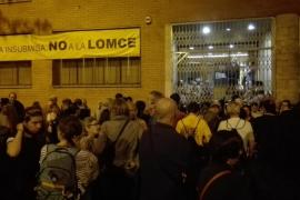 Centenares de personas se concentran a las puertas de muchos colegios desde las 5 horas