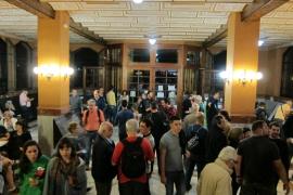 Medio millar de personas se concentran en la Escuela del Trabajo de Barcelona, el punto electoral más grande