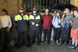 Mossos acude a uno de colegios más grandes en Barcelona pero no acceden al recinto y esperan órdenes