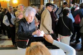 Votan en el punto más grande en Barcelona con voluntarios en las mesas