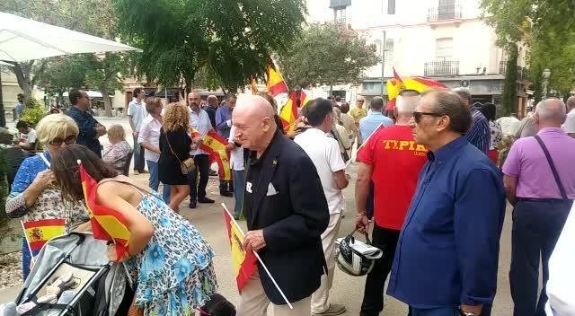 Unas 150 personas se concentran en Vara de Rey para defender la unidad de España