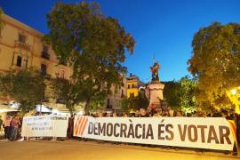 Alrededor de 250 personas critican en Ibiza la actuación del Gobierno en Cataluña