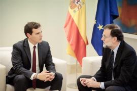 Rajoy pide a Sánchez y Rivera mantener el consenso ante el reto separatista y se abre a estudiar sus propuestas