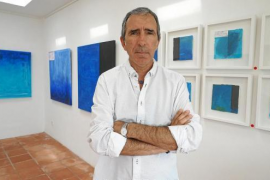 La obra de Enric Riera evoluciona hacia la abstracción azul