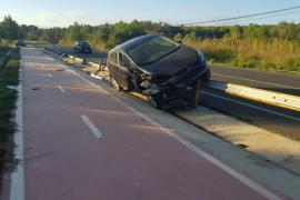 Un coche acaba sobre la valla de protección en un espectacular accidente en Santa Gertrudis