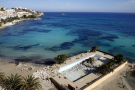 Empieza el derribo de la piscina de un hotel de ses Figueretes por su ocupación del dominio público