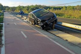 Abandonan un coche sobre un guardarraíl tras recorrer 40 metros en Santa Gertrudis