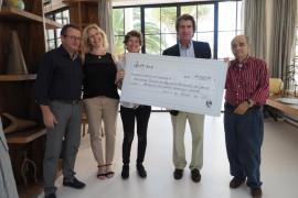 Grupo Pacha entrega un cheque por un valor de 7.325 euros a la Apaac