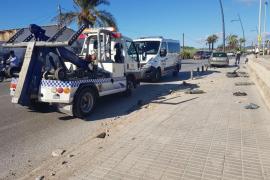 Espectacular accidente en Ibiza por un coche que irrumpe y recorre 20 metros de acera