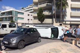 Un coche acaba semivolcado y atravesado en la avenida Joan Carles I de Ibiza