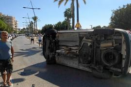 Un coche acaba volcado en un golpe en cadena