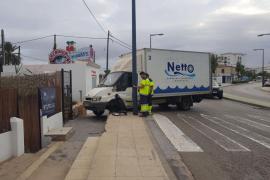 Un camión irrumpe en la acera y queda atravesado en la avenida Vuit d'Agost de Vila