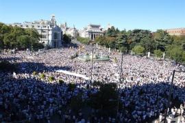 Cibeles se tiñe de blanco para reclamar a Rajoy y Puigdemont diálogo
