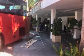 Sobresalto en es Canar por el accidente de un autobús que circuló unos 20 metros sin control y marcha atrás