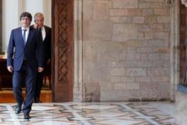 Puigdemont ultima una declaración de independencia llamando a la mediación