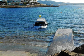 Un coche cae al mar al intentar sacar una moto de agua por una rampa en Sant Antoni